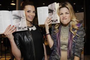 Griet Vanhees & Tanja Dexters bekijken de spieren